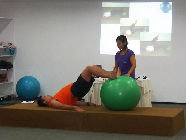 Ingrid dando orientações de Pilates Clínico